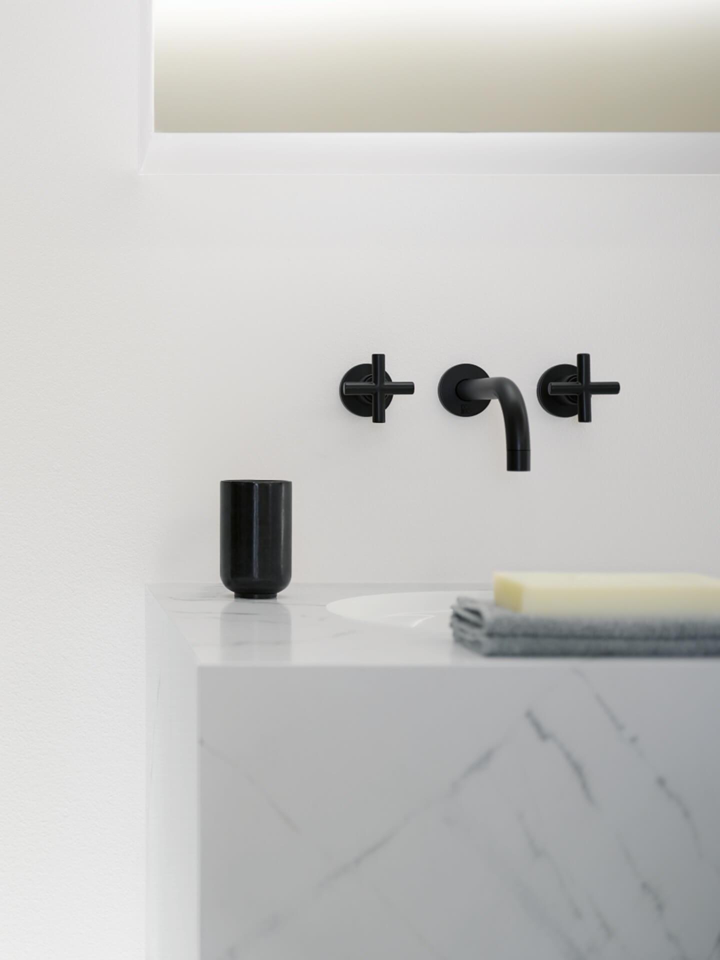 Miljøbilde Tara 36712892 veggmontert blandebatteri servantarmatur Dornbracht i sort på hvitt bad.