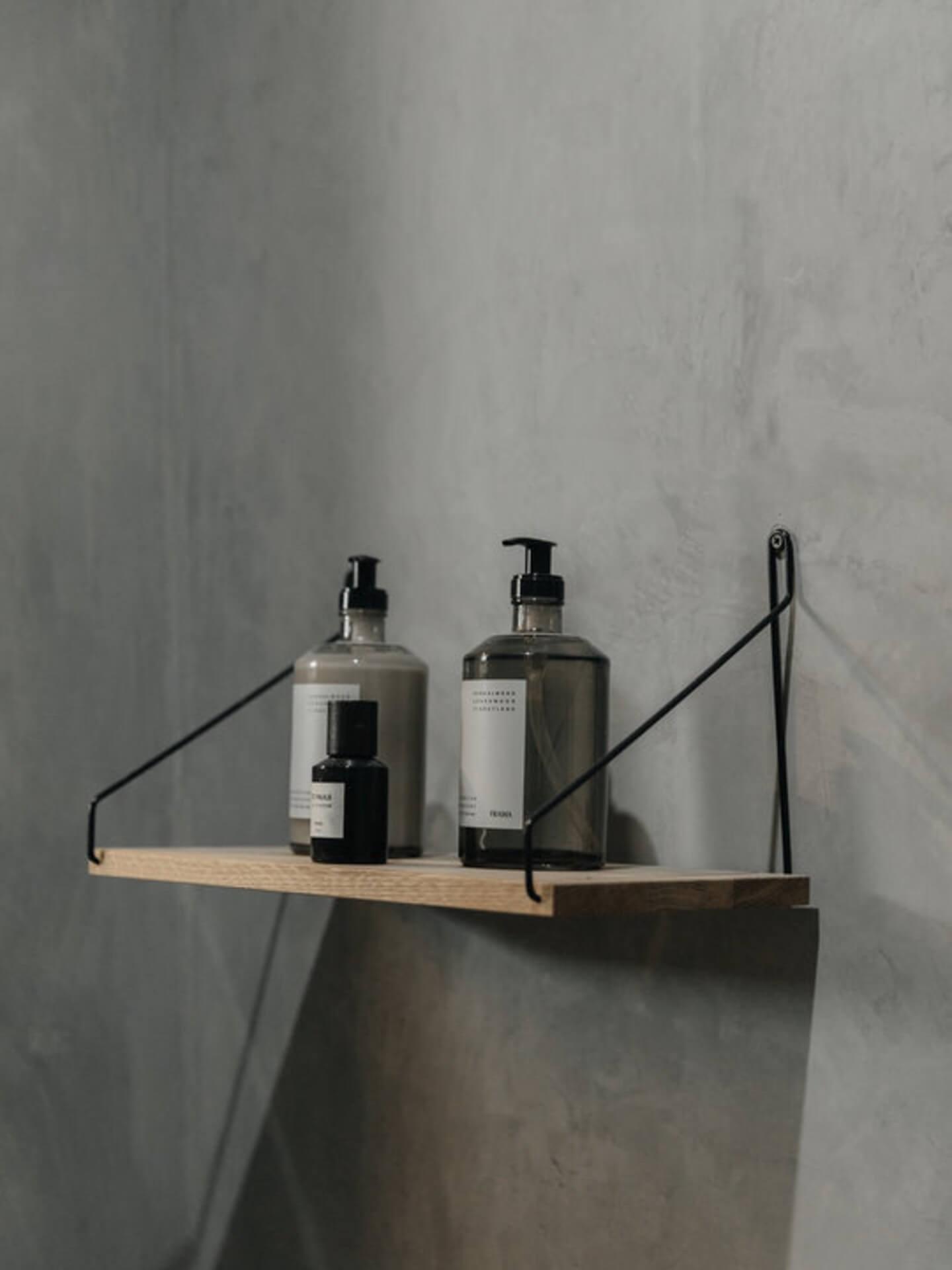 Miljøbilde håndsåpe. Apotechary hand wash Frama. En samling plassert på Frama shelf med sort knekt.