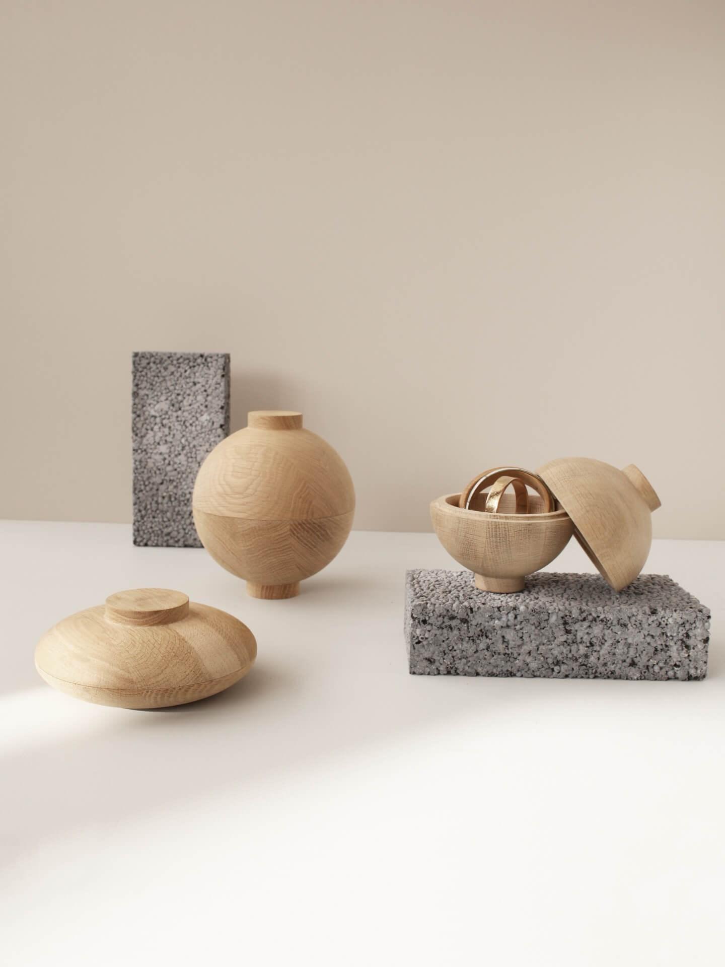 Miljøbilde Wooden Sphere og Wooden Galaxy fra Kristina Dam. Oppbevaringsboks i tre. Samling med beige bakgrunn.