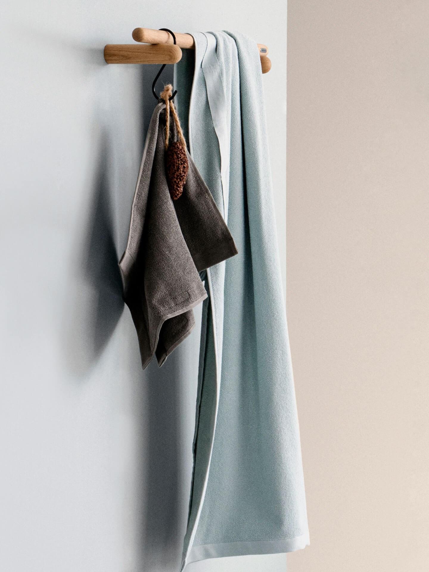 Miljøbilde badehåndklær. Everyday bath towel fra The Organic Company. Hengende på treknagg.