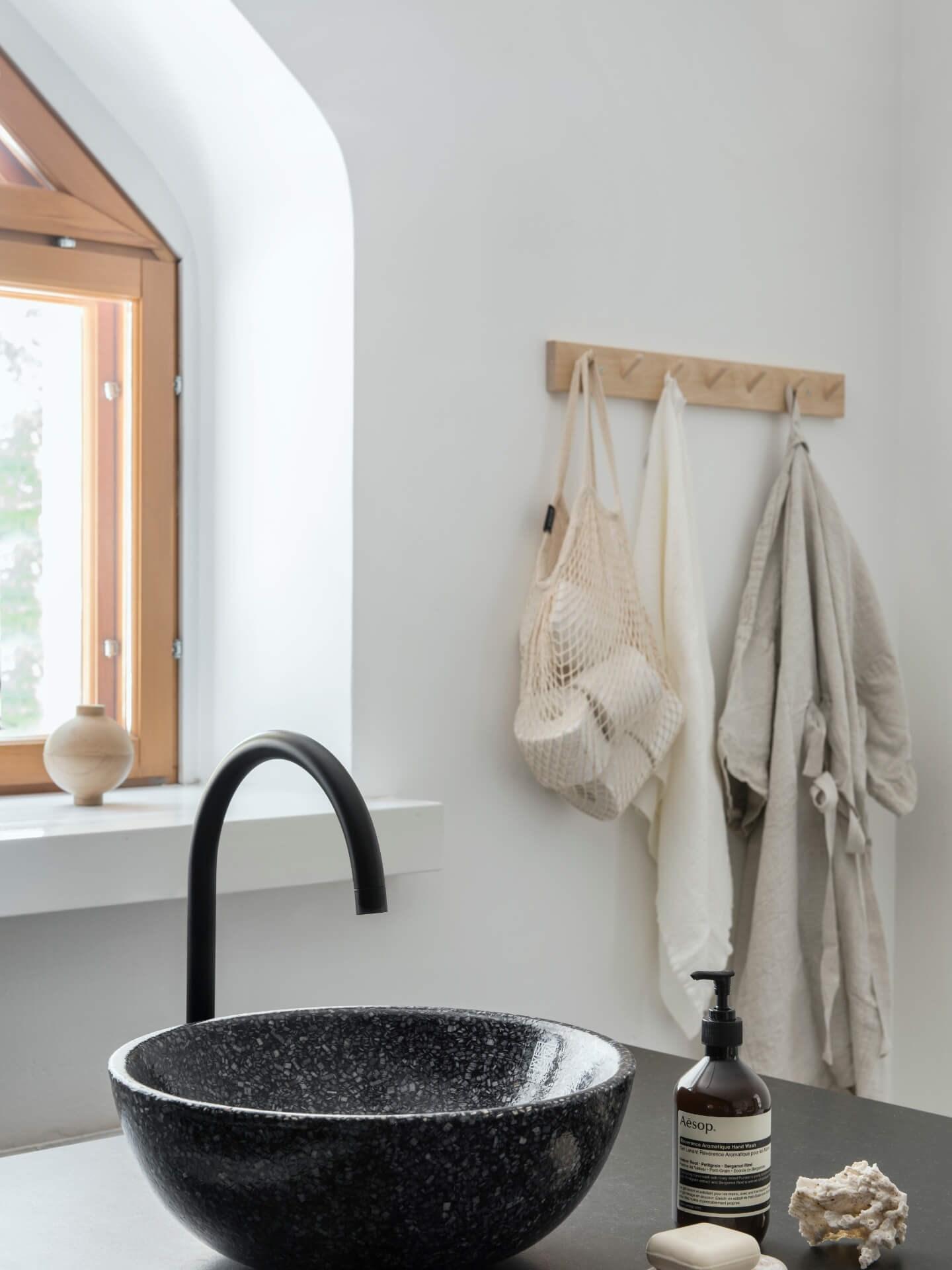 Miljøbilde toppmontert servant Soft40 table top fra Woodio. Sort servant med lyst interiør.